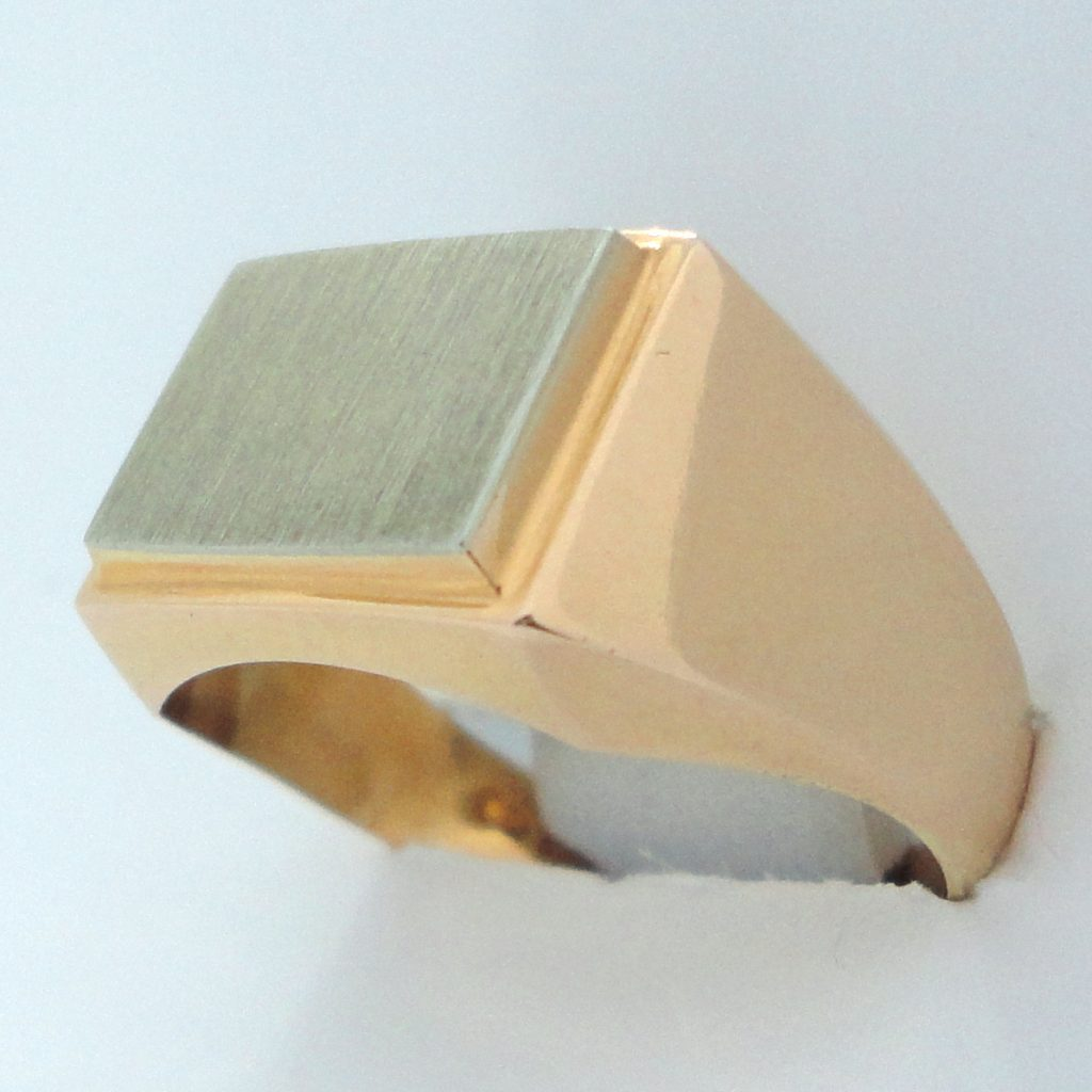 Kultainen kantasormus valkokultalaatalla