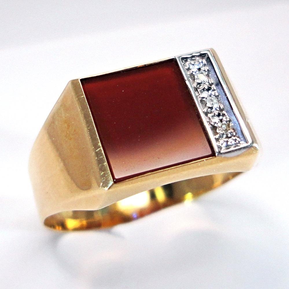 Kultainen karneoli kantasormus timanteilla.