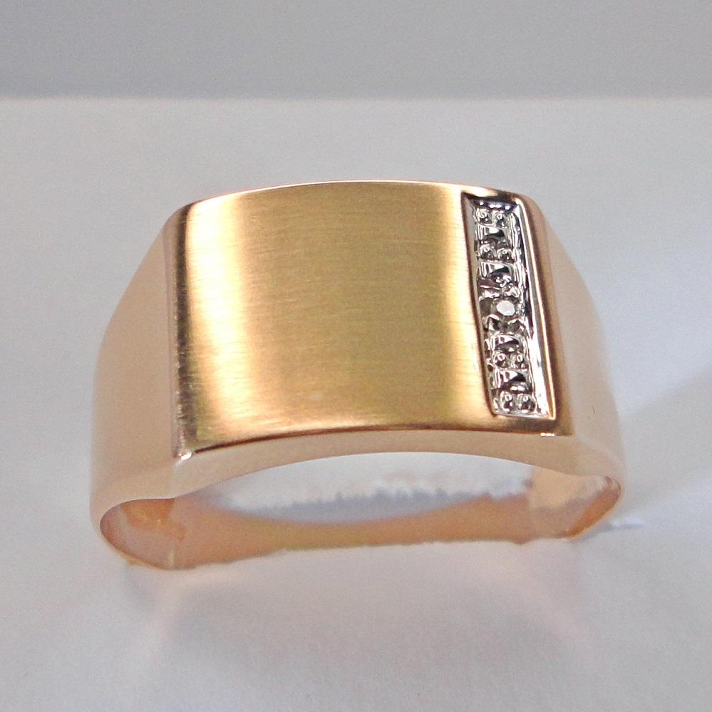 Kultainen kantasormus timantilla.