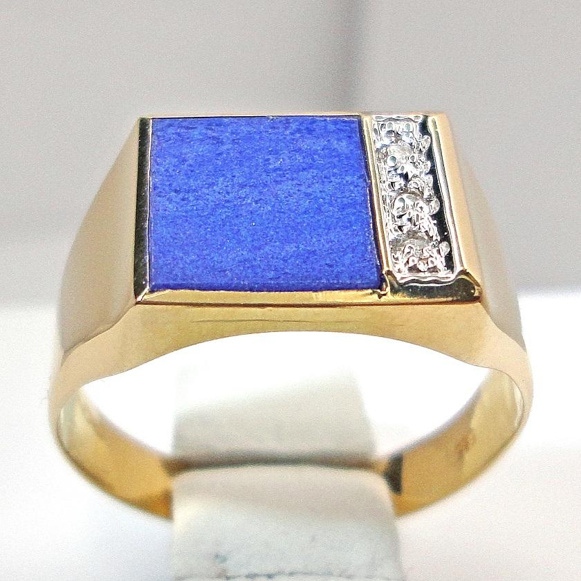 Kultainen Lapis lazuli kantasormus timanteilla.